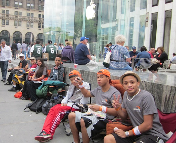 ragazzi-in-fila-apple-store-new-york