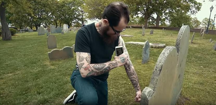 Il tren del sound wave tattoo applicato nel mondo funeario