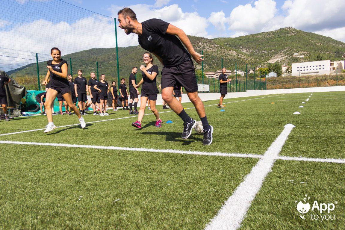 giocatore rugby esulta sul campo con la squadra apptoyou agenzia digital agency roma milano app to you