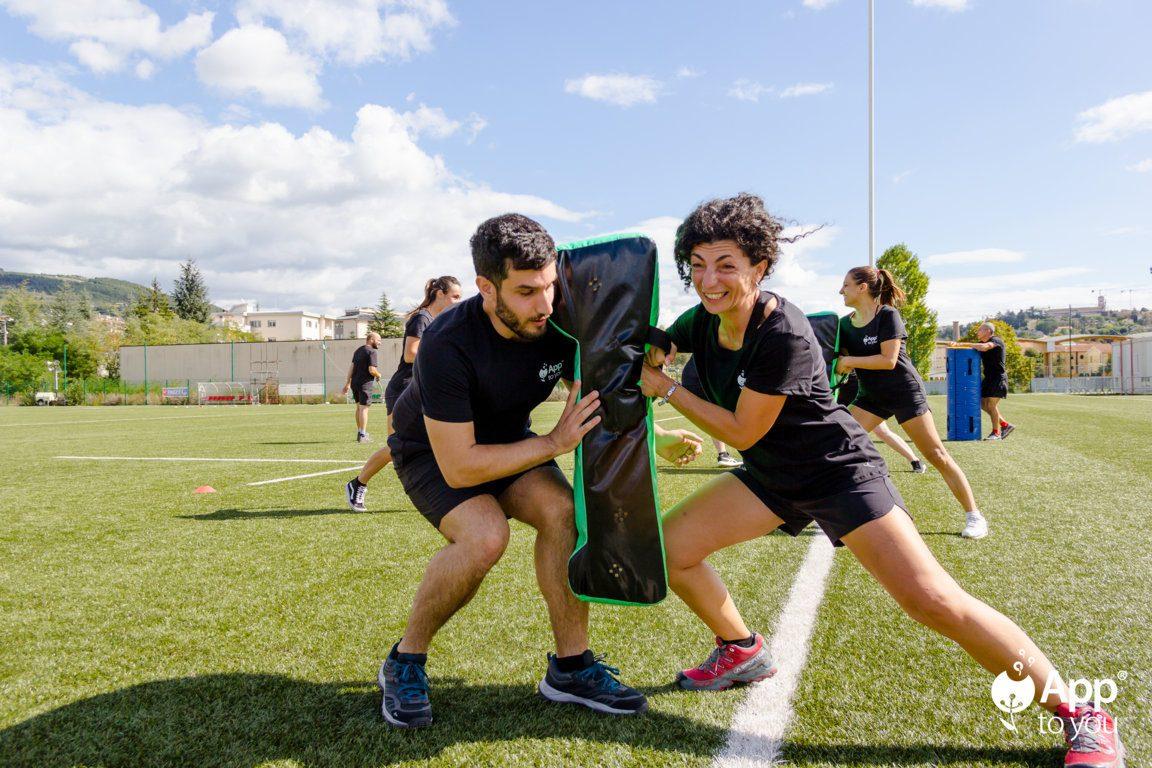 giocatori simulano placcaggi sul campo da rugby apptoyou agenzia digital agency roma milano app to you