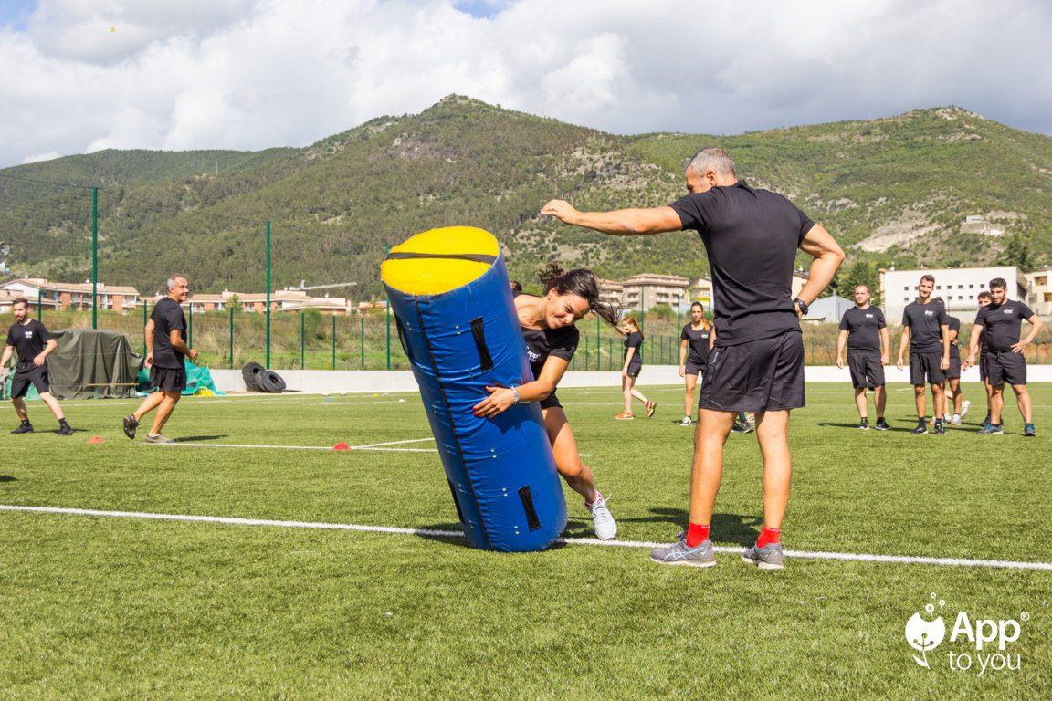 giocatore simula placcaggio con il coach campo rugby apptoyou agenzia digital agency roma milano app to you