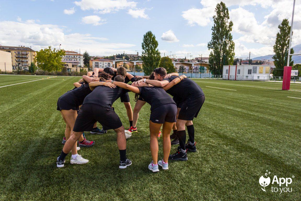 squadra di rugby di apptoyou che si concentra app to you agenzia digital agency roma milano