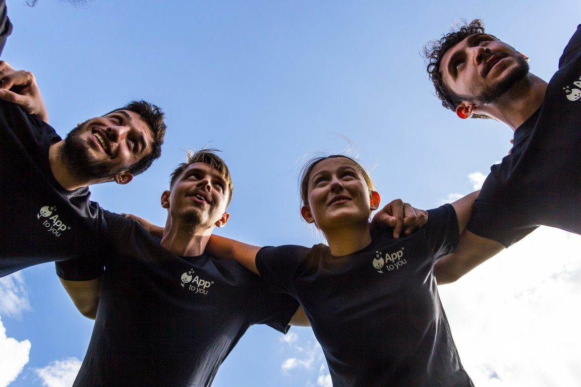 giocatori di rugby abbracciati apptoyou agenzia digital agency roma milano app to you