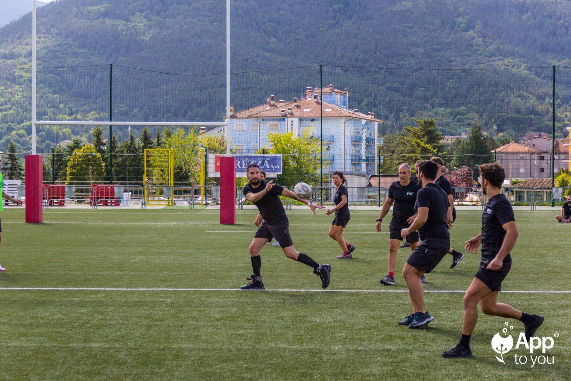 giocatore di rugby che passa la palla campo apptoyou agenzia digital agency roma milano app to you