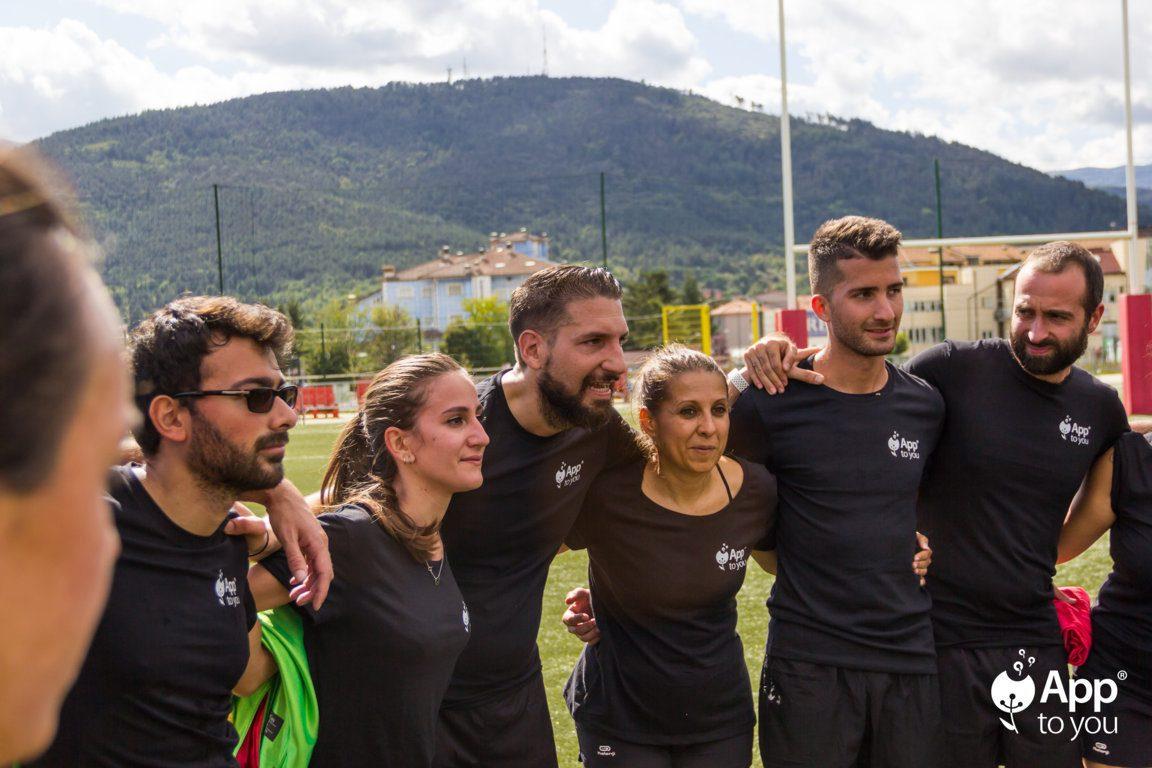 squadra di rugby app to you abbracciata a fine partita agenzia digital agency roma milano apptoyou